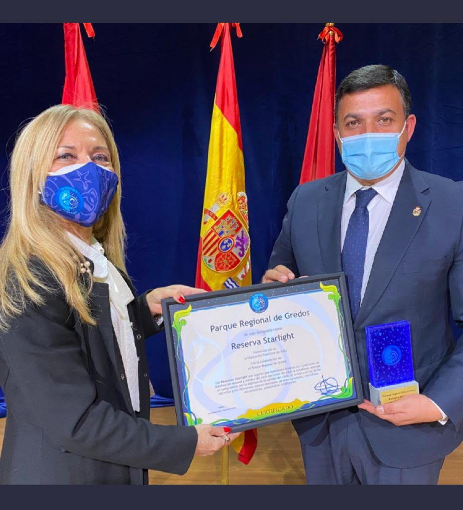 Antonia Varela, directora de la Fundación Starlight entrega del certificado como Reserva Stralight Parque Regional de Gredos a Carlos García, presidente de la Diputación de Ávila